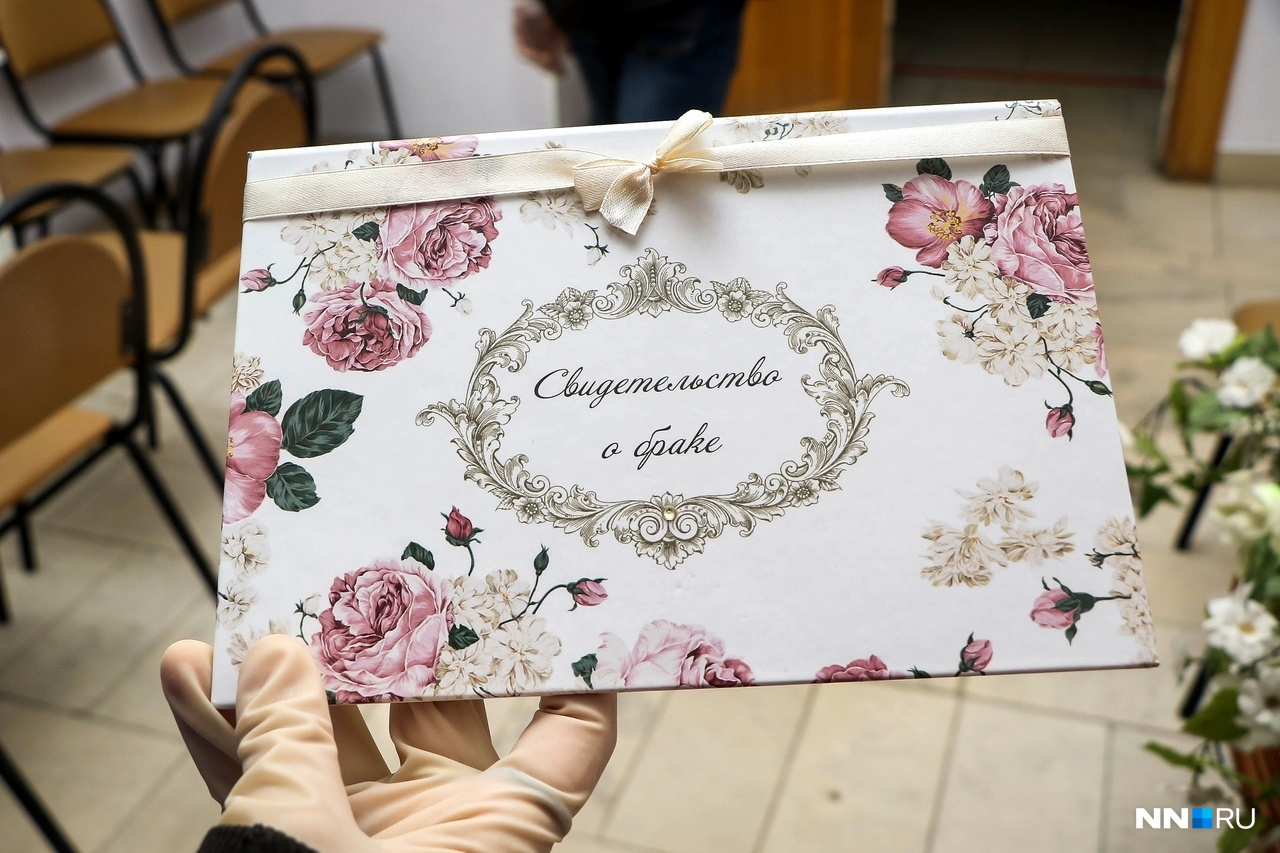 Пускай в таких условиях выглядит всё не так уж и романтично, зато свидетельства выдают в красивом конверте