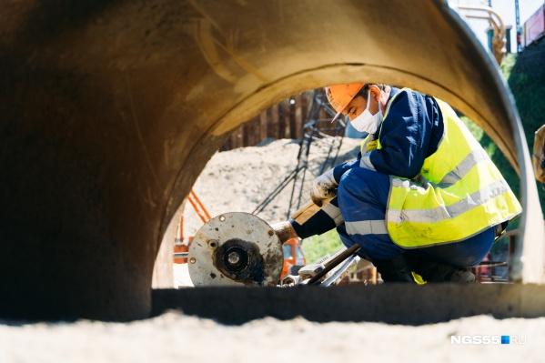 Рабочие трудятся на стройке круглосуточно