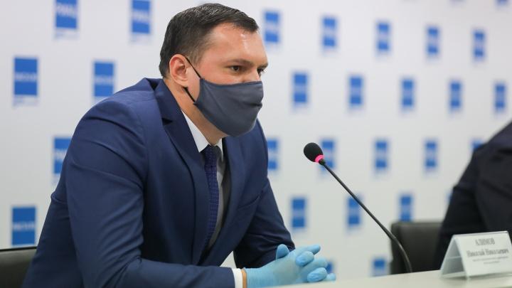 От COVID-19 умер первый врач, в урюпинский очаг отправили студентов: всё самое важное с брифинга о коронавирусе
