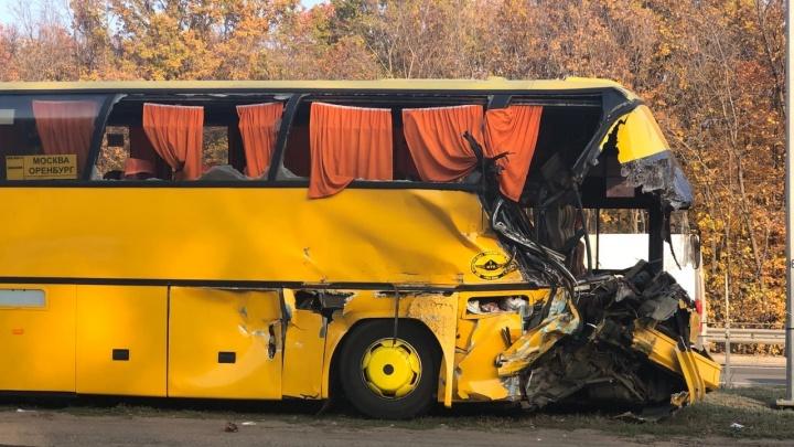 В Самаре рейсовый автобус с пассажирами въехал в КАМАЗ около ТЦ МЕГА