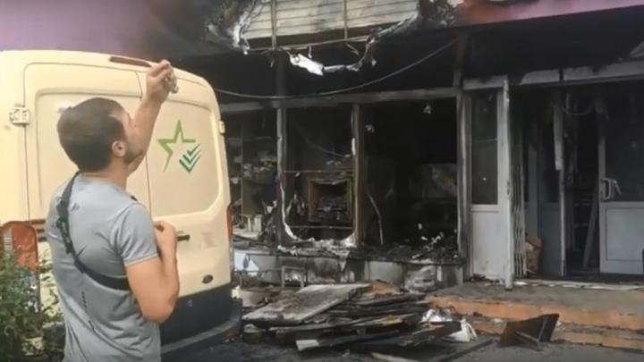 В Омске огонь уничтожил банкомат в магазине, но деньги оказались не тронуты