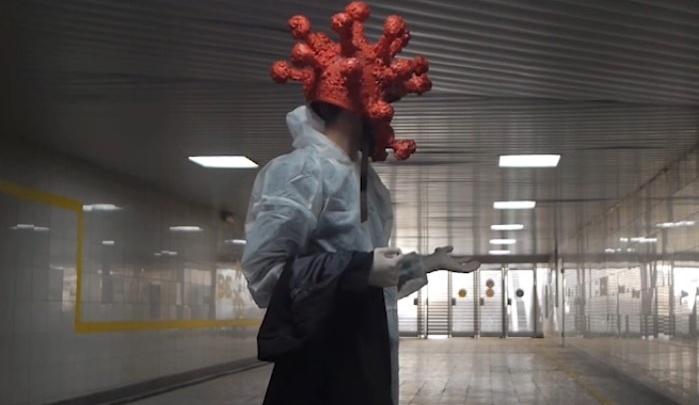 «Он совсем не умеет дружить»: омичи сняли социальный ролик в стиле чёрного юмора про коронавирус