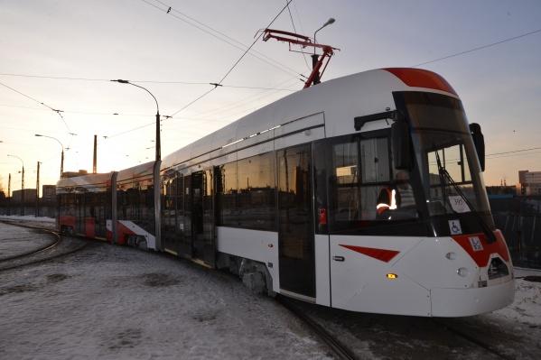 Сначала трехсекционный трамвай катался только по территории депо, а теперь его направили в город