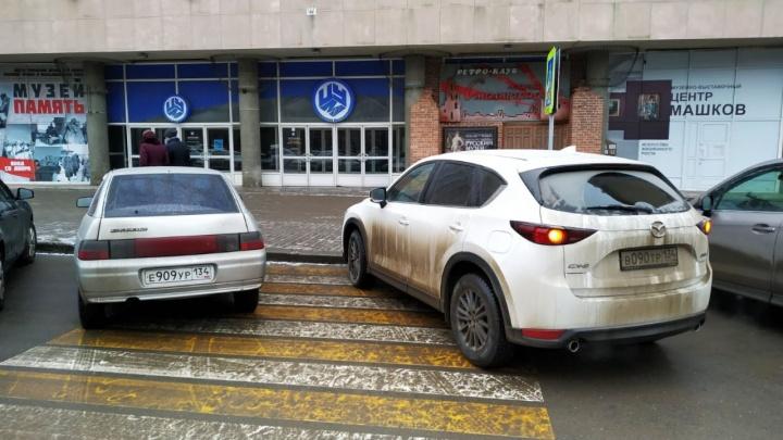 «Я инвалид, мне можно»: автохамы Волгограда ищут лазейки для безнаказанной парковки на переходах