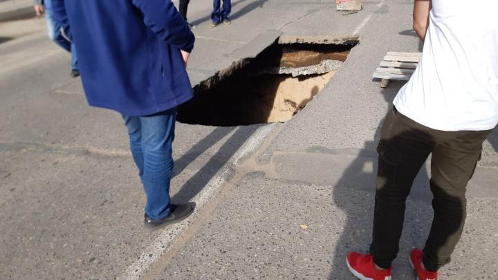 Огромный провал посередине дороги: в Переславле-Залесском из-за аварии перекроют дорогу