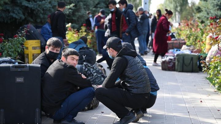 «Добавьте нам один-два вагона сегодня!»: сотни граждан Узбекистана не могут уехать домой с вокзала под Волгоградом