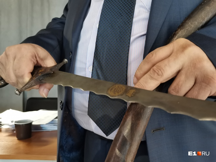 В руках Виктора Козлова шамшир, который в турецкой и иранской армиях называли «пламенеющим мечом Аллаха» за зазубренное лезвие