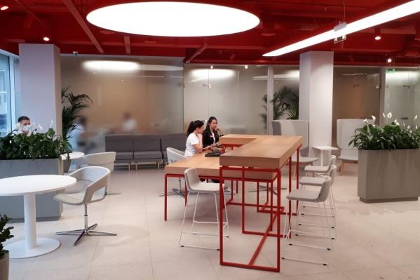 Стол-кракен стал символом фиджитал-офисов в России