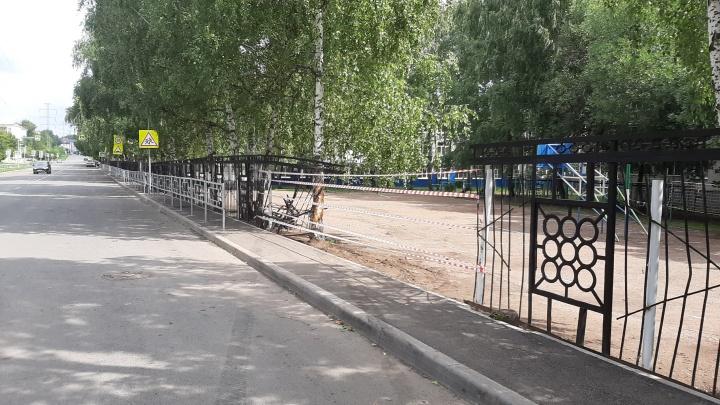 В Уфе Nexia снесла железный забор и влетела на школьный двор