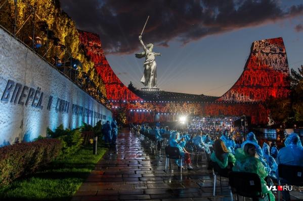 К грандиозному концерту его организаторы готовились и днем, и ночью, закрывшись от возможных зрителей