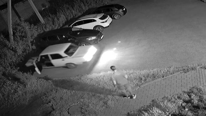 В Красноуфимске по подростку прокатилась машина без водителя, но он выжил: невероятное видео