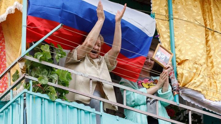 В больницах волгоградцам 12 июня раздадут флажки, остальным предлагают спеть гимн на балконах