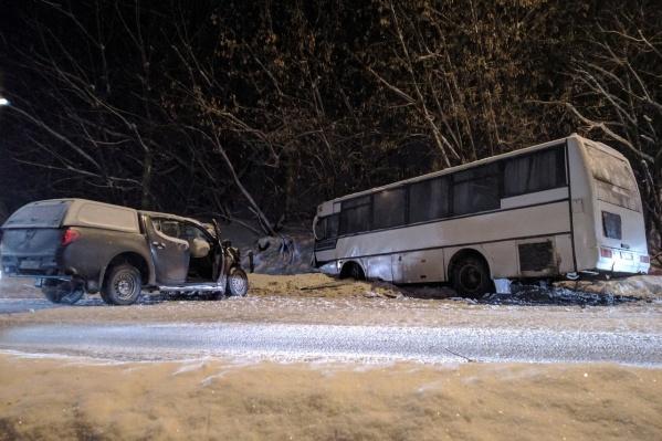 ВодительMitsubishi выехал на встречку и врезался в автобус