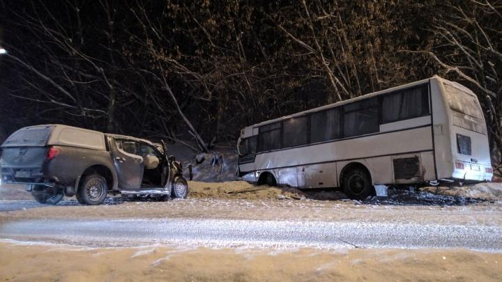 В Перми улица Соликамская встала в пробке из-за ДТП: столкнулись пикап и рейсовый автобус