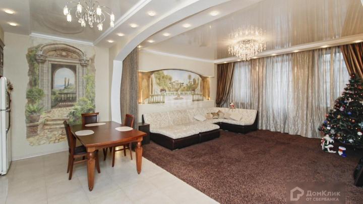 Дорогие люстры, огромная ванная и лес на стене. Гуляем по квартире за 21 миллион в тюменском замке