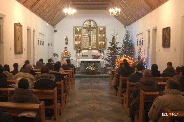"""В ночь на <nobr class=""""_"""">25 декабря</nobr> Рождество празднуют представители христианских конфессий, которые придерживаются григорианского календаря"""