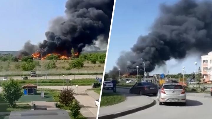 Появилось видео с места пожара у «Амбара», где горели 11 частных домов
