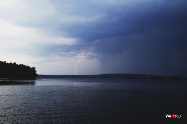 В мужчину попала молния, когда он пас скот на берегу
