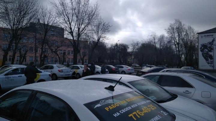 «Чем я должен кормить семью?» Таксисты устроили забастовку в Челябинске