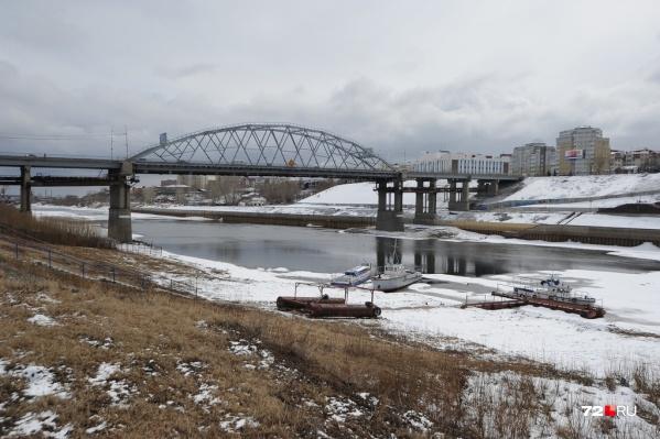 Новый пешеходный мост хотят построить между двумя автомобильными мостами на Профсоюзной и Челюскинцев