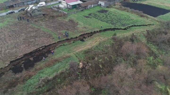 Спасатели объяснили, почему в свердловской деревне образовался стометровый разрыв в земле