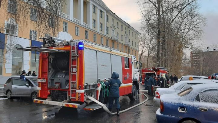 Стянуты все силы: в Екатеринбурге из-за пожара эвакуировали здание общежития Горного университета