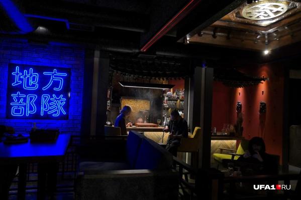 Интимная обстановка, темная атмосфера и яркие иероглифы — кусочек Китая заглянул в гости в Уфу