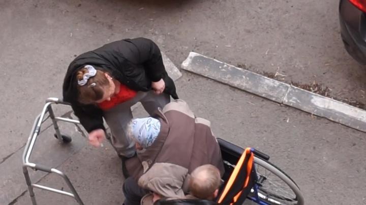 Двое неизвестных избили бабушку в инвалидной коляске на улице Горького