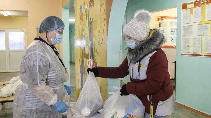 Нижегородским школьникам-льготникам начали выдавать продуктовые наборы за ноябрь. Что в них входит?