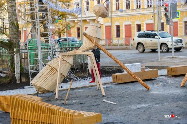 Двухметровые фигуры появились в сквере недавно