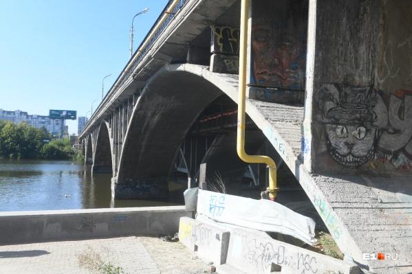 В ближайшие месяцы строители будут заняты выносом коммуникаций. Остатки старого моста разберут к январю 2021 года