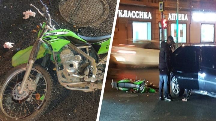 «Поехал на мигающий зеленый»: в Екатеринбурге Renault сбил 17-летнего мотоциклиста, нарушившего правила