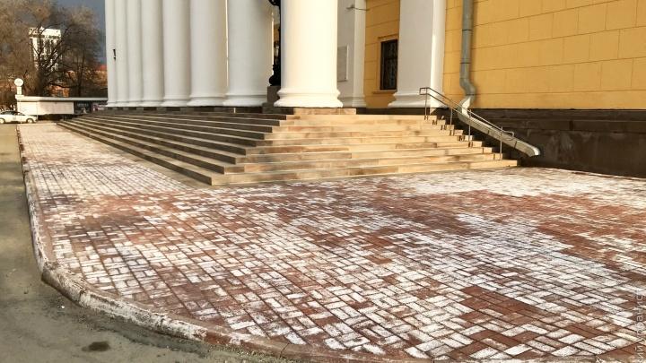 Директор оперного театра ответил челябинскому урбанисту, раскритиковавшему новую плитку возле здания