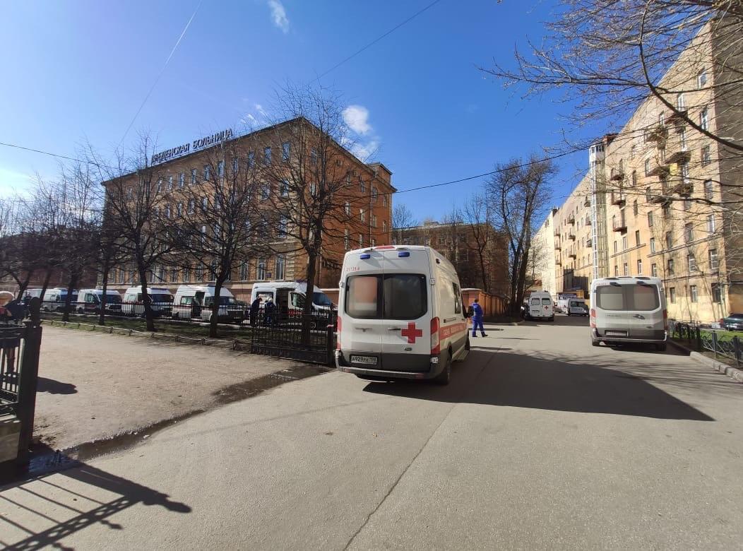 Очередь карет скорой помощи возле Введенской больницы