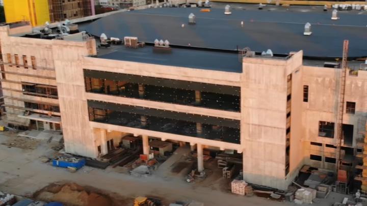 Тонированные стекла и серые фасады: посмотрите на новый Дворец спорта с высоты