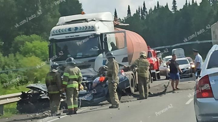 Две женщины и ребенок погибли в ДТП с бензовозом на кузбасской трассе