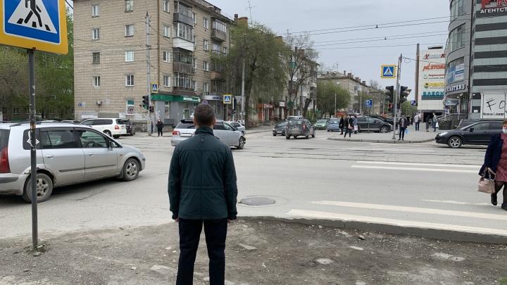 Перекресток в Новосибирске, где пешеходов заставляют бросаться под машины на красный — изучаем схему