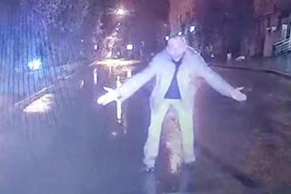 Пьяный мужчина вышел на дорогу и мешал проехать автомобилю. Эта выходка закончилась для пешехода гибелью