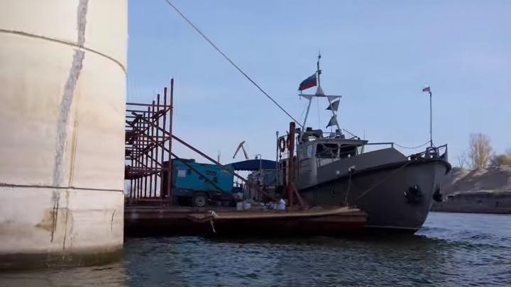 К Самарскому (Фрунзенскому) мосту подогнали баржу для заделки трещин