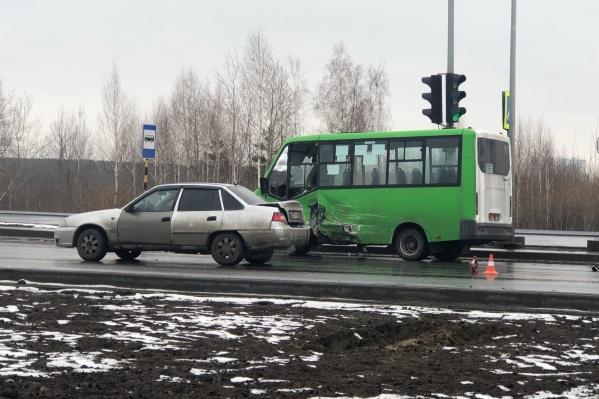 В этой аварии погиб водитель внедорожника и пострадали пассажиры маршрутки