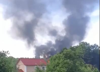 «Там жили несколько семей»: в Ярославле горит частный дом. Видео