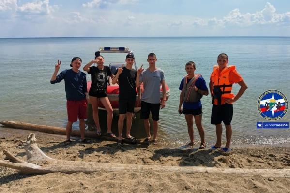 Спасатели доставили ребят на берег на катере