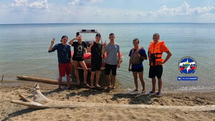 Четверо подростков едва не утонули на Обском море из-за сдувшегося матраса — их вовремя заметили спасатели