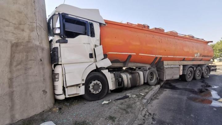 В Волгограде груженый нефтевоз протаранил опору железнодорожного моста