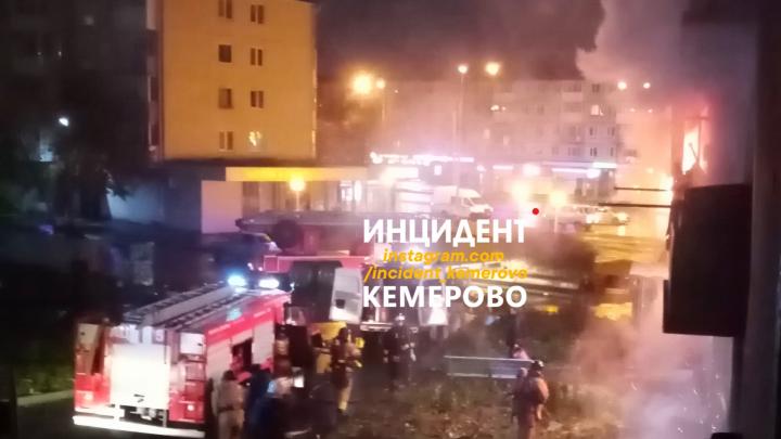 В Кемерово ночью загорелась жилая многоэтажка. В опасности оказались 14 человек