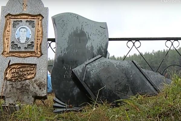 Часть памятников вырвали из земли, некоторые сломали