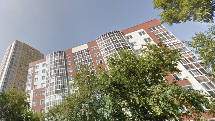 В Кировском районе с 17-го этажа выпал молодой мужчина