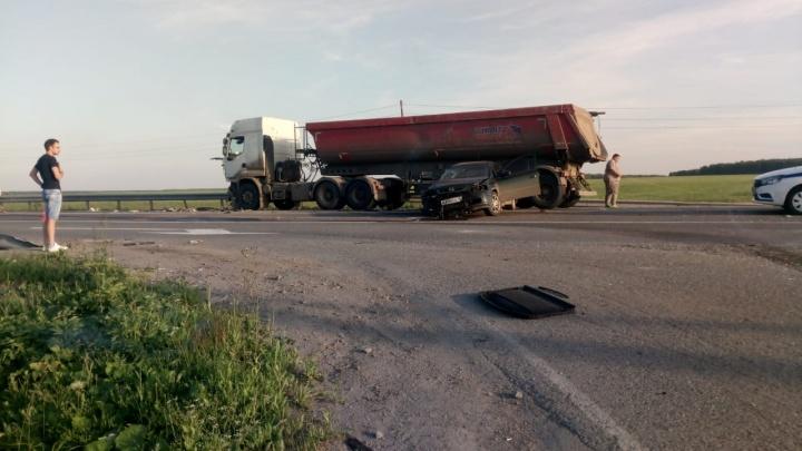 Появилось видео ДТП на Тюменском тракте, где столкнулись грузовик и две легковушки