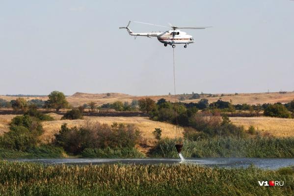 Для тушения пожаров из Ростова вызвали вертолет