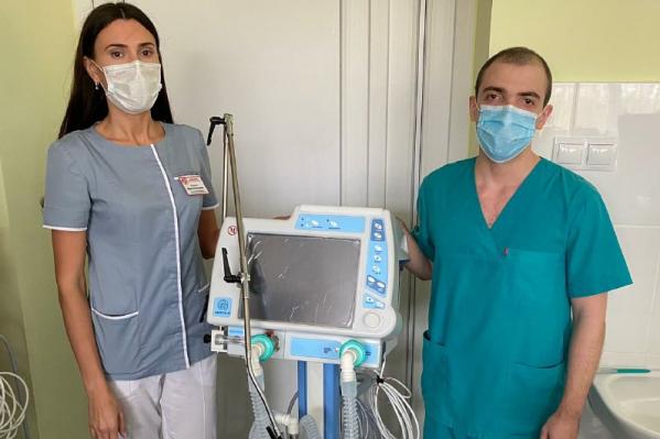 """В августе в омские больницы уже поступало более <nobr class=""""_"""">150 аппаратов</nobr> ИВЛ"""
